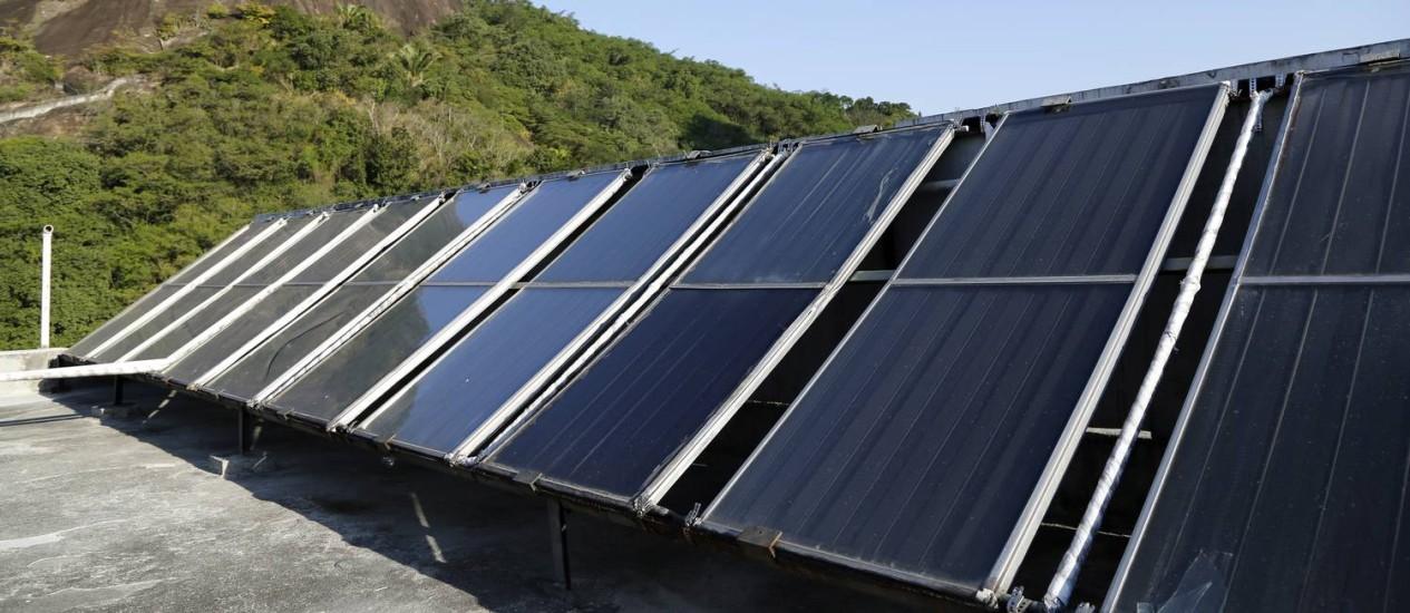 Instalação de placas de captação de energia solar para aquecimento da água permitiu economia nas contas de condomínio em BotafogoFoto: Fabio Rossi