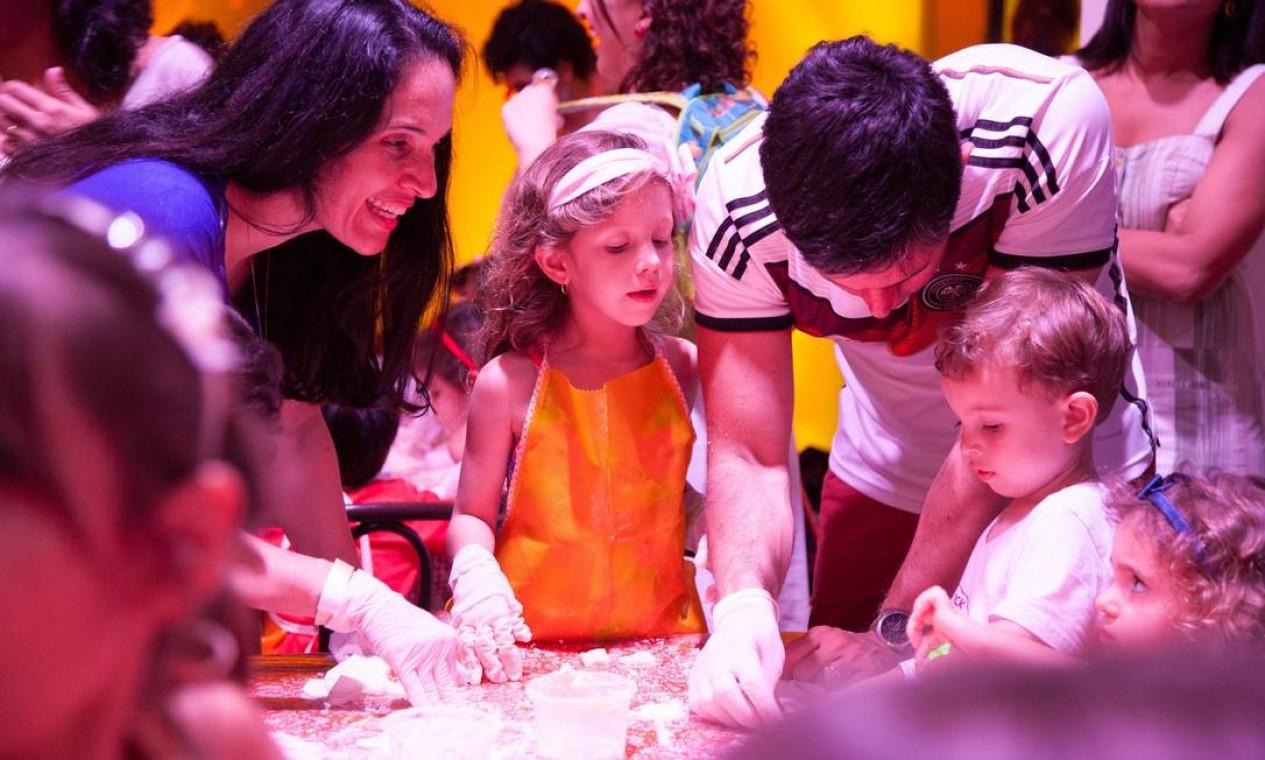 As crianças se divertiram enquanto faziam os biscoitos Foto: Bianca Pimenta/O Globo