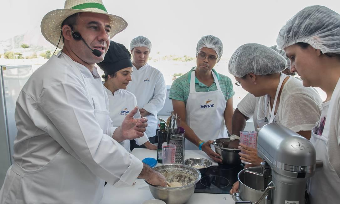 No Espaço Senac, o chef Frédéric Monnier ensinou uma receita de pão típico da região de Campagne, na França Foto: Marco Sobral/O Globo