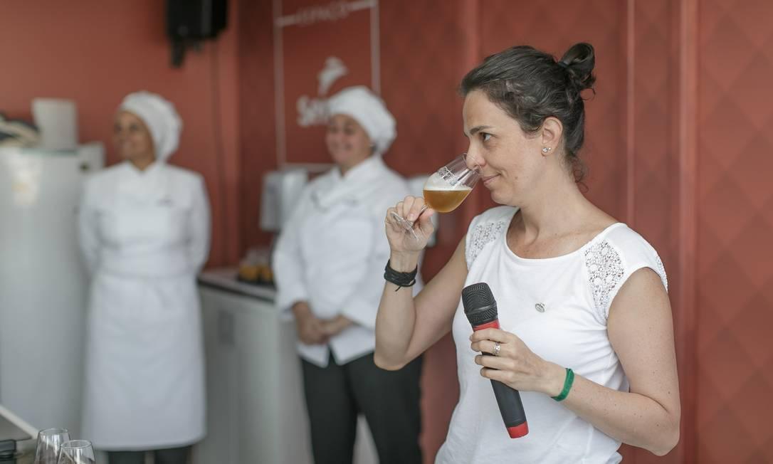 A mestre cervejeira Cilene Saorin explicou como harmonizar diferentes estilos de cervejas no Espaço Senac Foto: Marco Sobral/O Globo