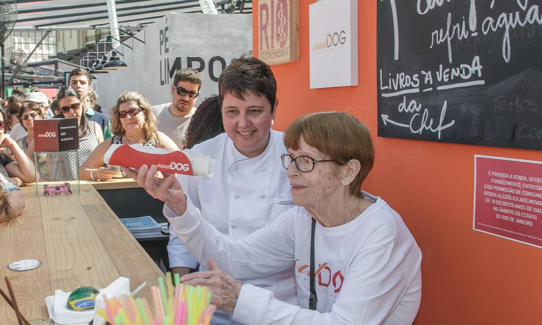 A chef Roberta Sudbrack ao lado da avó Iracema Fontoura, de 93 anos Foto: Marco Sobral / O Globo