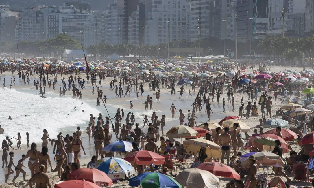 Domingo de praias lotadas na orla do Rio Foto: Daniela Dacorso / Agência O Globo