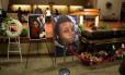 Fotos cercam o caixão de Michael Brown antes do início de seu funeral em St. Louis