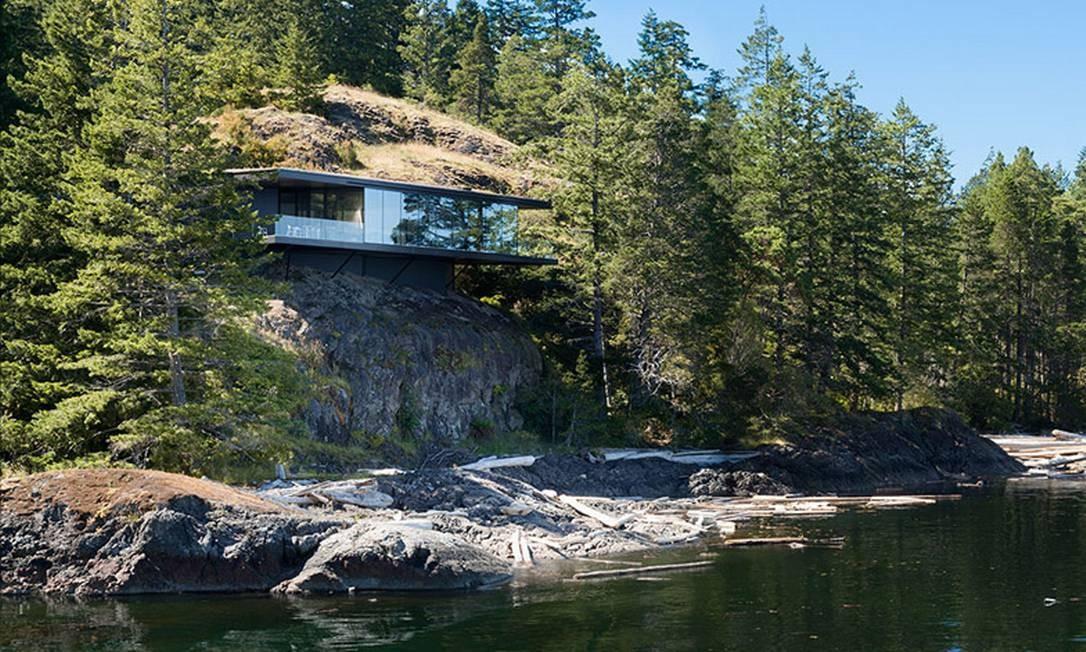 """A """"Tula House"""" foi construída sobre estruturas de aço sobre a rocha, na região de Quadra Island, a seis horas de Vancouver, no Canadá Foto: Reprodução internet"""