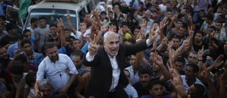Porta-voz do Hamas, Fawzi Barhoum, é carregado por palestinos que comemoram o que eles disseram ter sido uma vitória sobre Israel após o alcance de cessar-fogo Foto: MOHAMMED SALEM / REUTERS