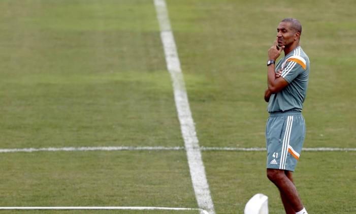 O técnico Cristóvão Borges durante o treino do Fluminense de terça-feira, nas Laranjeiras Foto: Cezar Loureiro / Agência O Globo