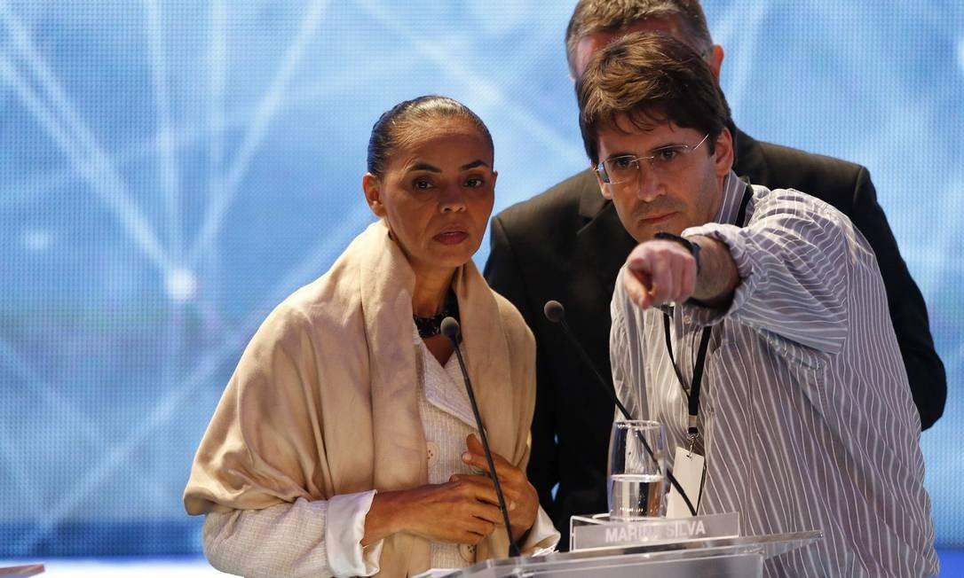 Marina Silva conversa com assessores antes da abertura do primeiro debate entre presidenciáveis Foto: PAULO WHITAKER/REUTERS / REUTERS