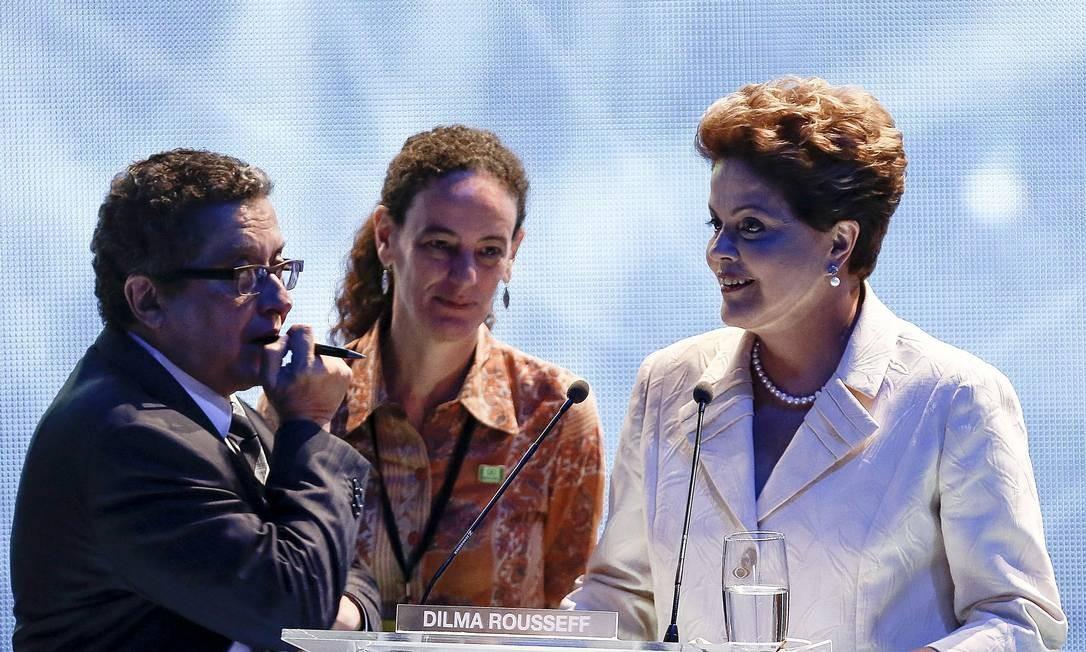 À direita, Dilma Rousseff fala com assessores durante intervalo do debate Foto: Miguel Schincariol/AFP / AFP