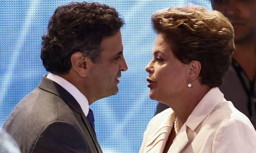 Aécio Neve e Dilma Rousseff conversam ao chegar aos estúdios da TV Bandeirantes Foto: Miguel Schincariol/AFP / AFP