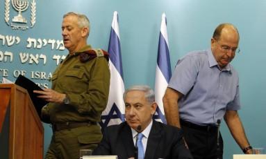 Primeiro-ministro israelense Benjamin Netanyahu, entre o chefe das Forças Armadas, tenente-general Benny Gantz , e o Ministro da Defesa, Moshe Yaalon, durante a coletiva de imprensa em Jerusalém. Netanyahu celebrou ação israelense durante a ofensiva em Gaza Foto: NIR ELIAS / REUTERS