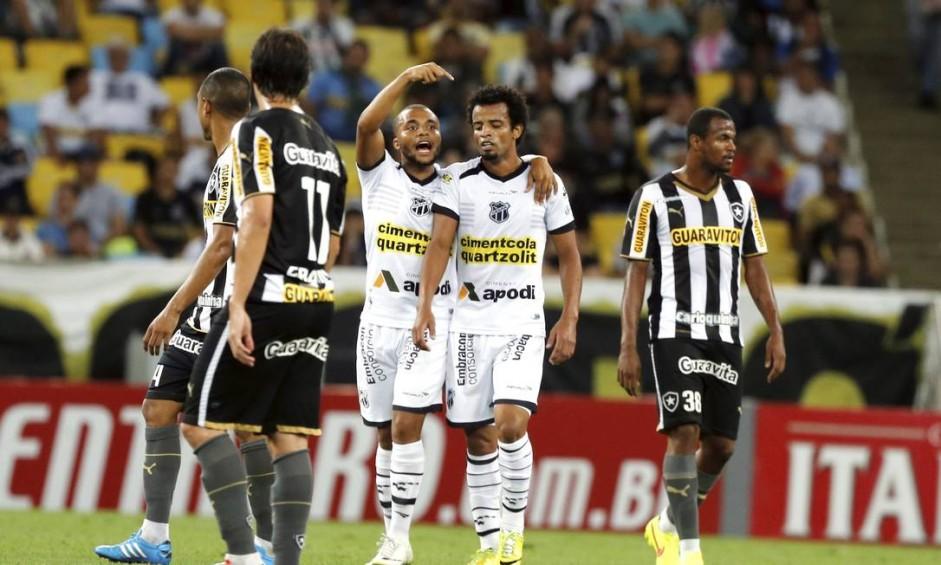 Eduardo, autor do gol que abriu o placar, aponta para Helder, que originou a jogada Foto: Cezar Loureiro / Agência O Globo