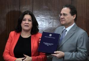 Presidente do Senado Renan Calheiros, recebeu da ministra do Planejamento, Miriam Belchior, o projeto de Lei Orçamentária Anual de 2015 Foto: Givaldo Barbosa / Agência O Globo