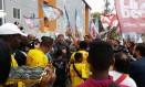 Lindbergh em visita a projeto no Complexo do Alemão: tentativa de aproximação com discurso de Marina Silva Foto: Reprodução/Facebook