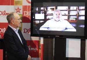 Rui Falcão assiste vídeo falso de Lula pedindo votos para Marina Foto: Jorge William / Agência O Globo