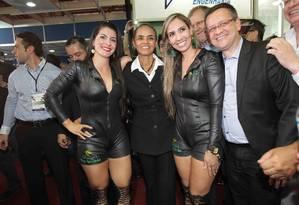 Marina Silva e Beto Albuquerque posam ao lado de modelos de um estande em feira de agronegócios em Sertâozinho (SP): elogio a usineiros Foto: Edson Silva/Folhapress