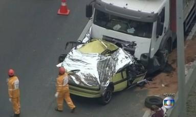 Táxi que trafegava pela contramão bate em caminhão cegonha na Linha Amarela Foto: TV Globo / Reprodução