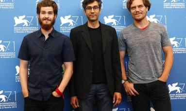 O diretor de '99 homes', Ramin Bahrani, entre os atores Andrew Garfield e Michael Shannon Foto: TONY GENTILE / REUTERS