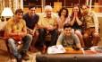 A família se reúne para assistir à TV no último episódio