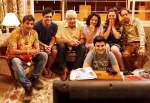 A família se reúne para assistir à TV no último episódio Foto: Gustavo Stephan