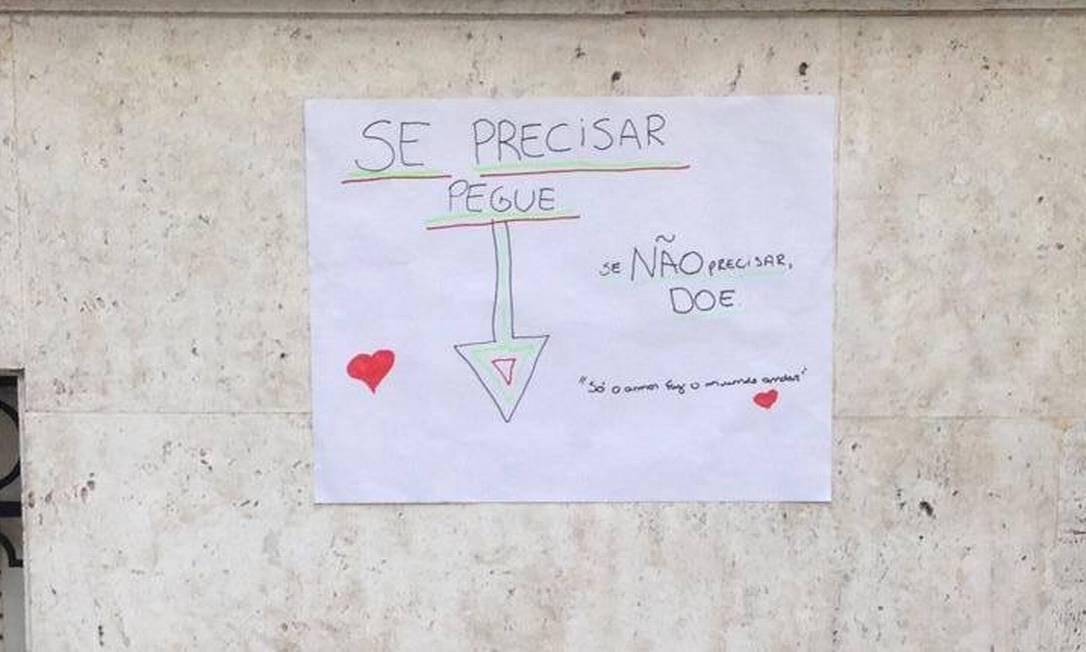 Com canetinhas coloridas, a produtora cultural escreveu 'só o amor faz o mundo andar' Foto: / Arquivo Pessoal/Yve Franco