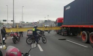 Caminhão derrubou baliza que protege a passarela da Linha Amarela Foto: Renato Almeida / Agência O Globo