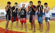 Mestre Frederico com alguns dos seus alunos, no Caio Martins, em Icaraí Foto: Eduardo Naddar / Agência O Globo