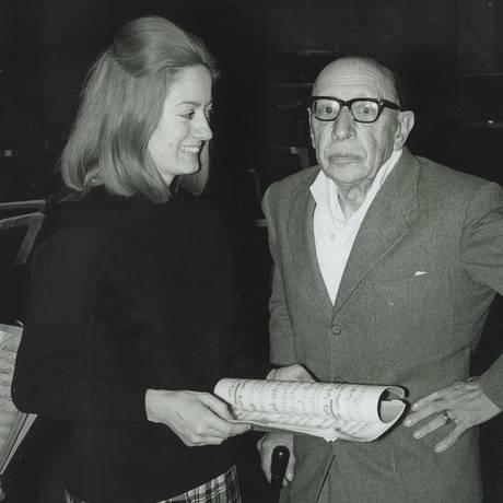 Jocy de Oliveira ensaia com o compositor e maestro Igor Stravinsky em 1966, em St. Louis, nos EUA Foto: Divulgação / Arquivo Pessoal