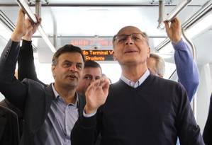 Aécio visitou a estação de metrô de Vila Prudente, governador Geraldo Alckmin e o candidato ao Senado José Serra Foto: Michel Filho / Agência O Globo