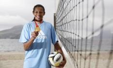 A atleta posa com o ouro olímpico na Praia de Icaraí Foto: Hudson Pontes / Agência O Globo