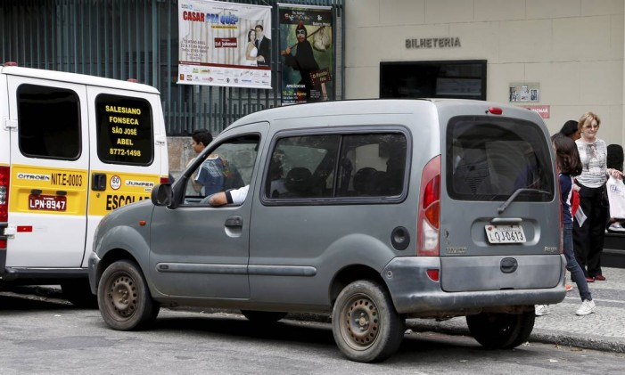 Carro sem identificação de transporte escolar trabalha livremente no Colégio Abel Foto: Hudson Pontes / Agência O Globo