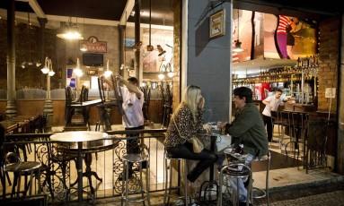 O casal Laila e Fernando no Boteco da Garrafa, na Lapa, enquanto funcionários preparam o bar para fechar: conta chegou antes das 2h sem que fosse pedida Foto: Guito Moreto / Fotos de Guito Moreto