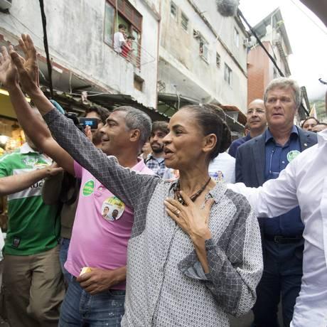 Marina Silva em visita a comunidade da Rocinha, no Rio de Janeiro. Candidato a uma vaga no Senado, Romário também participou da agenda Foto: Márcia Foletto / Agência O Globo