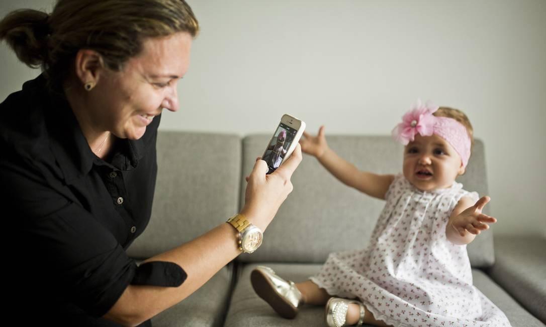 Exposição de crianças nas redes sociais. A mãe Gisella criou uma conta de histagram para mostrar a filha Laura para parentes. Foto: / Fábio Seixo