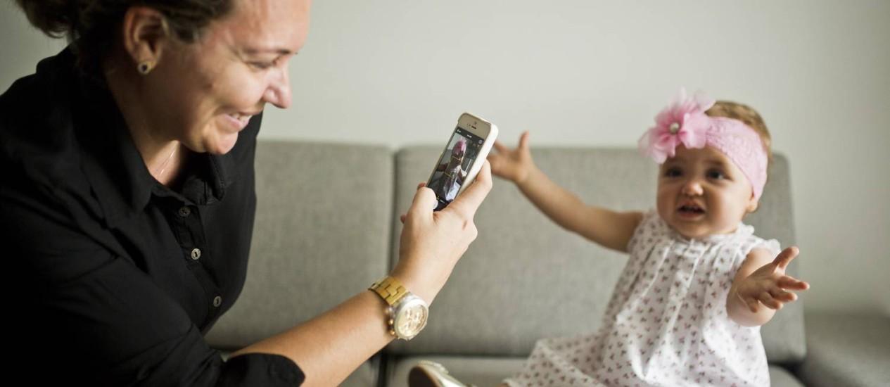 <br /><br /> Exposição de crianças nas redes sociais. A mãe Gisella criou uma conta de histagram para mostrar a filha Laura para parentes.<br /><br /> Foto: Fábio Seixo