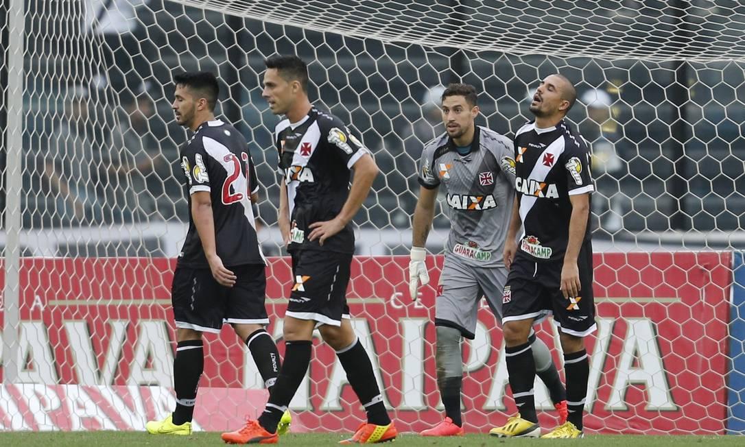 A desolação da zaga do Vasco após um dos gols do Avaí Foto: Alexandre Cassiano / Agência O Globo