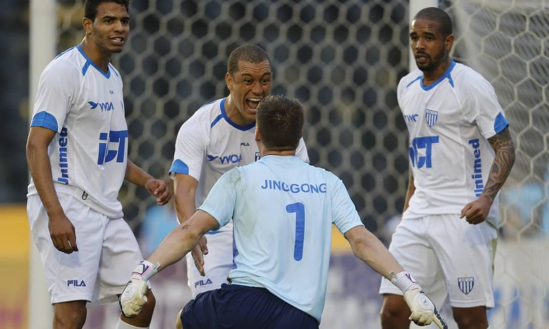 No início do segundo tempo, Vagner defendeu pênalti de Douglas e fez a festa Foto: Alexandre Cassiano / Agência O Globo