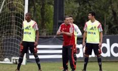 O técnico do Flamengo, Vanderlei Luxemburgo, orienta o time no treino no Ninho do Urubu Foto: Cezar Loureiro / Agência O Globo