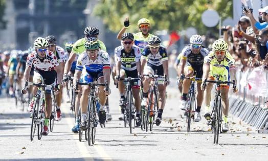Na sexta e última etapa do Tour do Rio, que teve 937 quilômetros, ciclistas chegam à Quinta da Boa Vista. Rafael Andriato (primeiro à direita) chega em primeiro e vence a etapa, a terceira conquistada por ele na edição de 2014 Foto: Ivo Gonzalez / Agência O Globo