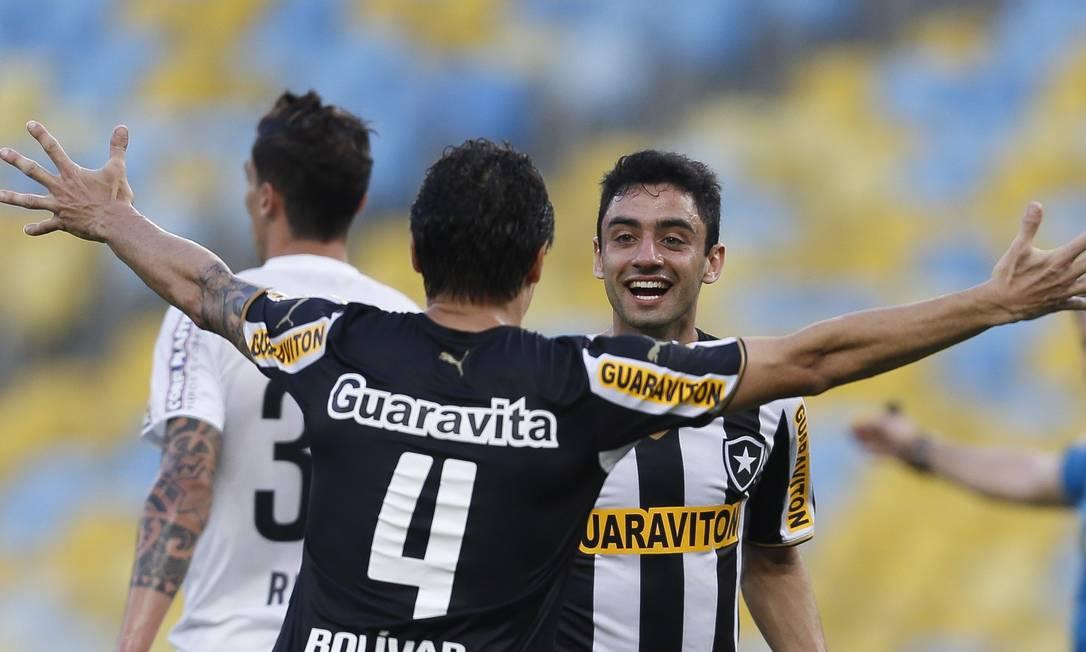 Bolívar abre os braços e comemora com Daniel, autor do gol do Botafogo Foto: Alexandre Cassiano / Agência O Globo