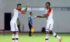 Paulinho comemora com Marcelo o primeiro gol do Flamengo nos 2 a 1 sobre Vitória, no Barradão Foto: Terceiro / Agência O Globo