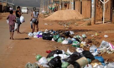 Moradores sofrem com problemas de falta de saneamento básico na localidade de Sol Nascente, a 30 km de Brasília Foto: Jorge William / Agência O Globo
