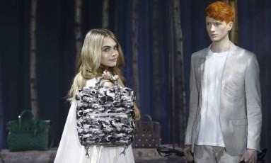 Cara Delevigne apresenta sua coleção de bolsas da Mulberry na semana de moda de Londres Foto: OLIVIA HARRIS / REUTERS