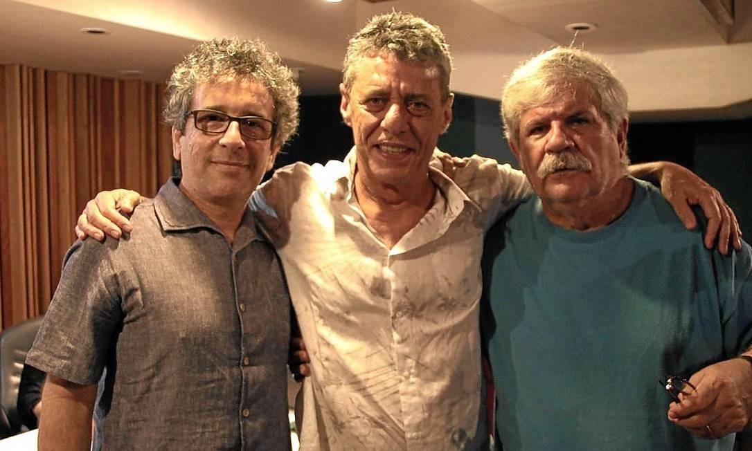 No estúdio, Chico Buarque entre os arranjadores e produtores Mario Adnet e Dori Caymmi durante a gravação Foto: Divulgação