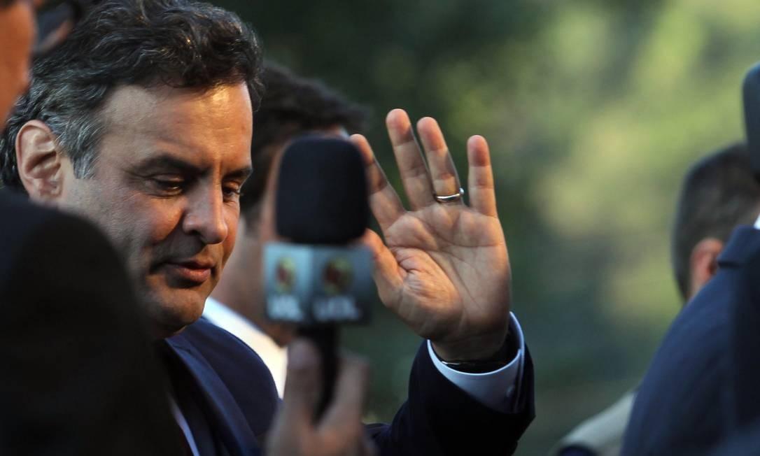 Aécio Neves (PSDB) acena para os jornalistas antes de entrar no estúdio para o debate: candidato manteve foco nos temas econômicos Fernando Donasci / Agência O Globo