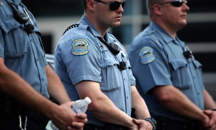 Polícia de Ferguson usará câmeras nos uniformes