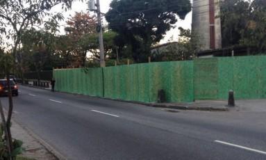 Tapumes começaram a cercar calçada na lateral do Jockey Foto: Heitor Wegmann Júnior / Divulgação