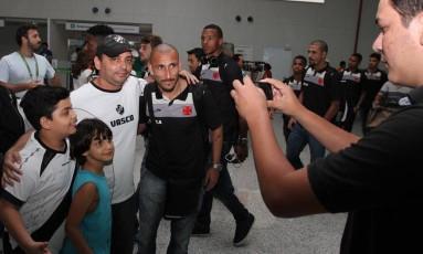 Guiñazú posa com torcedores na chegada a Natal Foto: Marcelo Sadio / Vasco da Gama