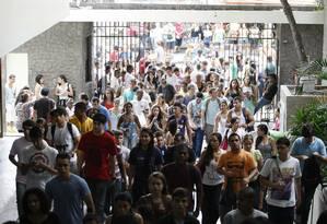 Estudantes chegam a um local de prova do Enem 2013, no Rio Foto: Pablo Jacob / Agência O Globo