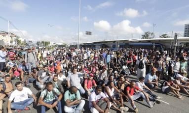 Manifestantes sentam no chão e fecham a Avenida das Américas, na altura da Avenida Salvador Allende Foto: Márcia Foletto / O Globo