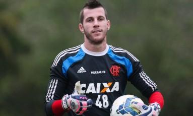 Paulo Victor em treino no Ninho do Urubu. Goleiro se destacou contra o Vitória Foto: Gilvan de Souza / Flamengo